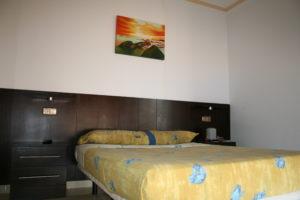 cama grande dormitorio invitados casa juanin