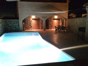 piscina iluminada en la noche casa juanin