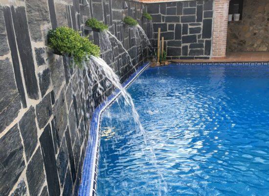 cascadas sobre piscina privada en casa rural
