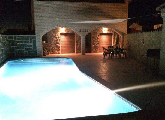 piscina iluminada casa rural juanin
