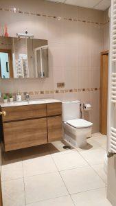 lavavo y espejo baño de la casa rural planta bajo