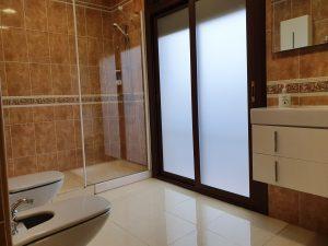 Baño con luz natural casa rural juanin
